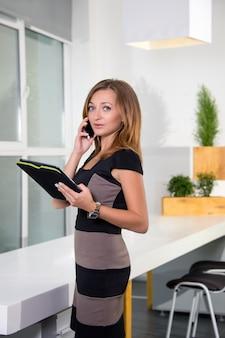 사업가 사무실에서 전화로 얘기하고 작업 목록으로 태블릿을 들고