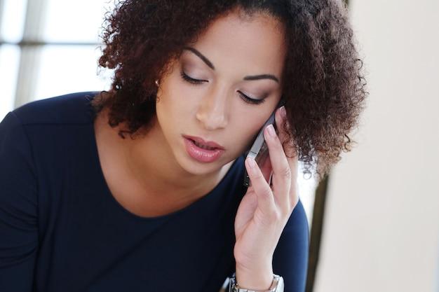 Imprenditrice parlando al telefono