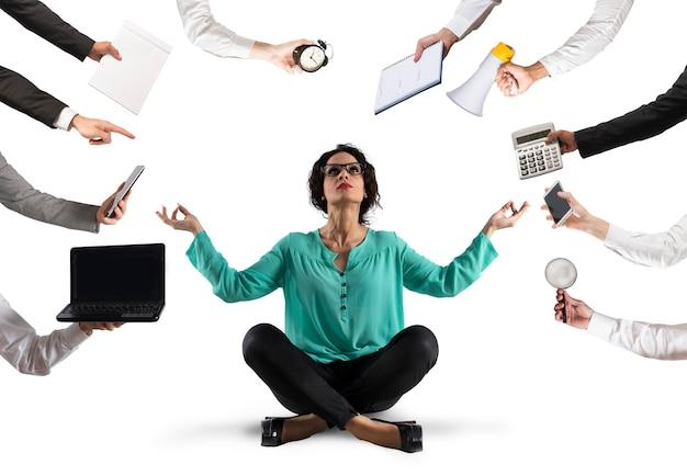 사업가는 웍에서 스트레스와 과로로 인해 요가로 평온을 유지하려고합니다.