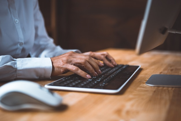 Деловая женщина, набрав на клавиатуре компьютера