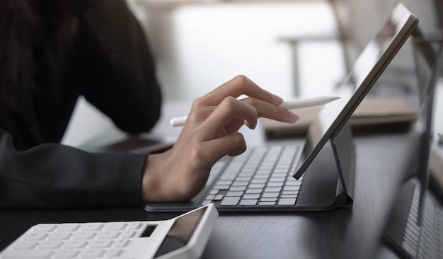 Деловая женщина использует цифровой планшет с карандашом