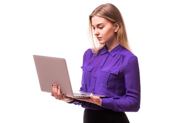 사업가 사용 노트북. 다른 얼굴 감정을 가진 아가씨. 흰 벽에 고립.