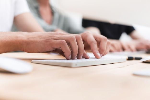 実業家は自分の机に座っているデジタルタブレットを使用します