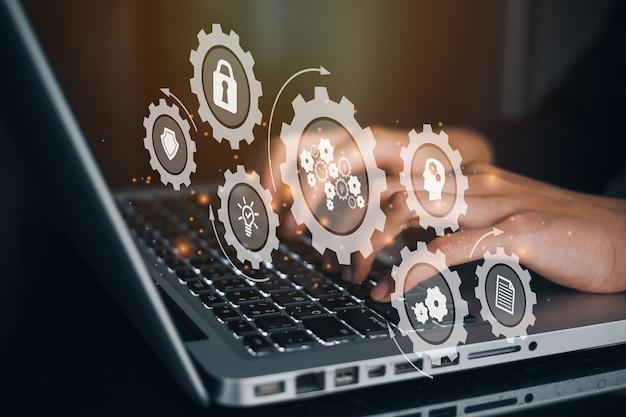 コンピューターを使用してチェーンインダストリー4.0テクノロジーをブロックする実業家。作業者が仮想画面のブロックチェーンマイクロチップ(回路)アイコンに触れました。ブロックチェーン産業戦略コンセプト。