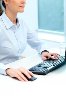 女性実業家、コンピュータを使用し、キーボードをタイプします