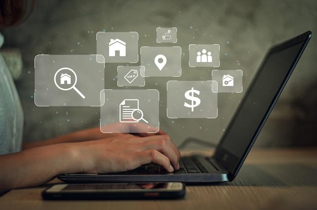 不動産の販売と一覧表示にコンピューターを使用する実業家不動産ブローカーと秘書不動産投資住宅プロジェクト不動産開発不動産オンラインで家を購入する