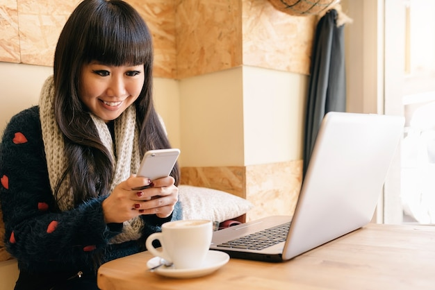 コーヒーショップで彼のラップトップを使用している実業家。ビジネスコンセプト