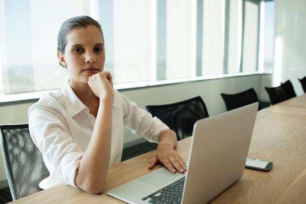 会議室でラップトップを使用して実業家