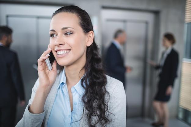 携帯電話を使用して実業家