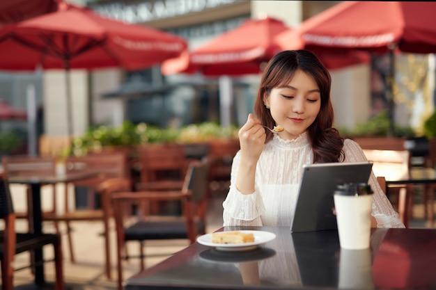 喫茶店に座りながら屋外でテクノロジーを使う実業家。