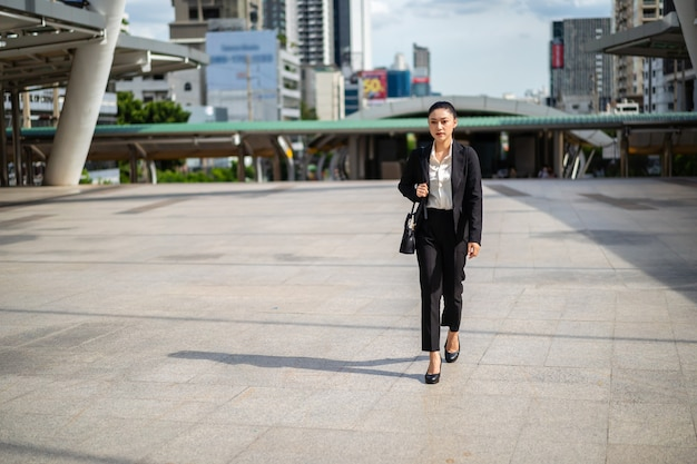 街を歩く実業家