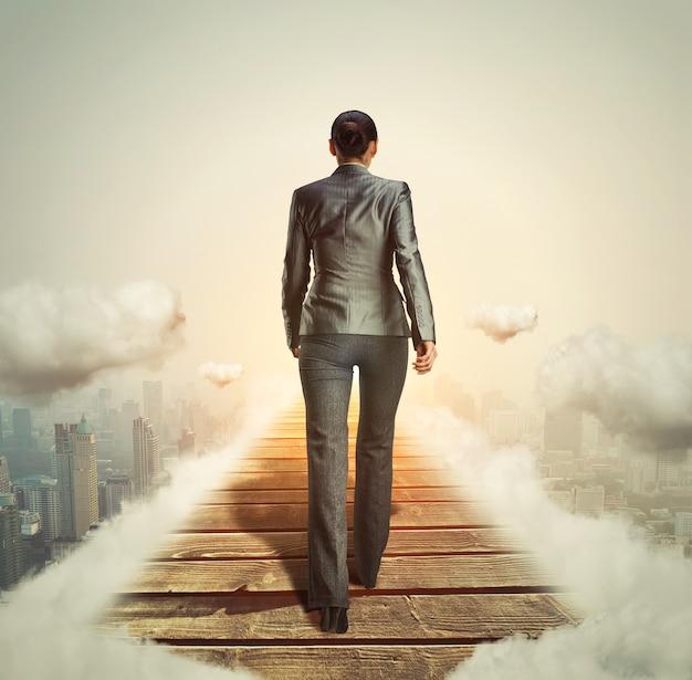 光に向かって歩いている実業家