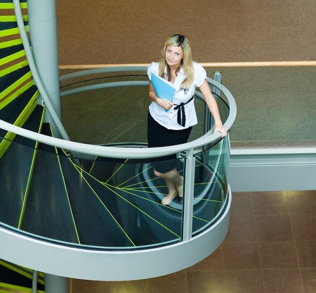 ビジネスマン、階段、オフィス、歩く