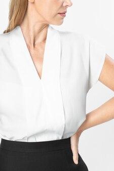 フォーマルな白いtシャツを着ている実業家
