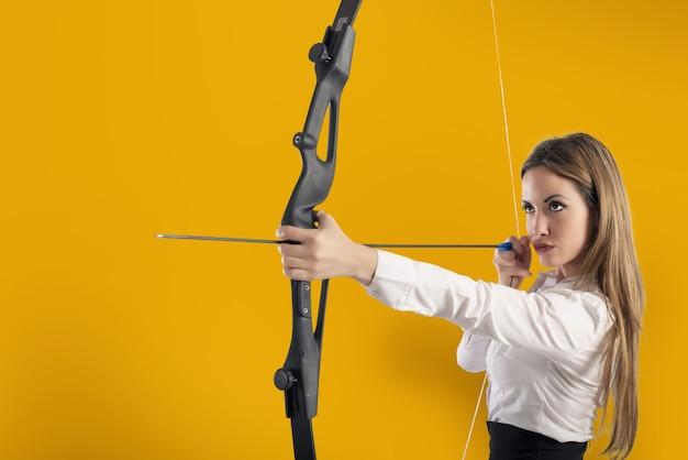 Деловая женщина с луком и стрелами указывает на успех