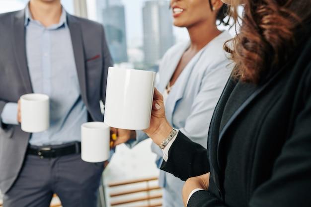 Деловая женщина с кружкой кофе