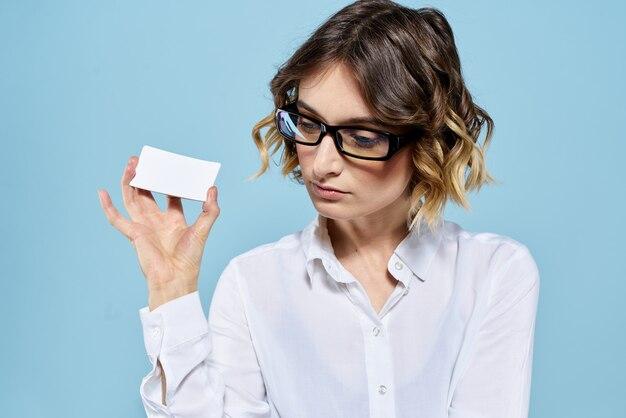 Деловая женщина с очками и визитной карточкой