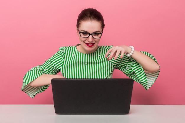 Деловая женщина с булочкой и ноутбуком