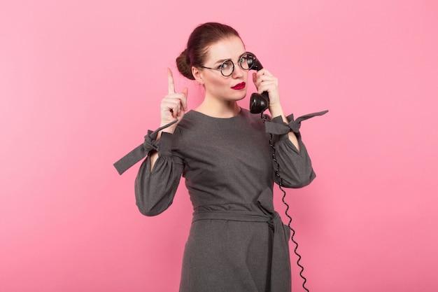 髪のお団子と電話の実業家