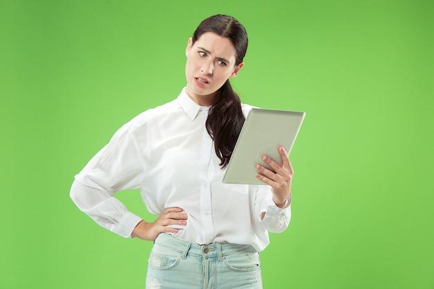 ラップトップを持つ実業家。コンピュータの概念が大好きです。魅力的な女性のハーフレングスのフロントポートレート、トレンディな緑のスタジオの背景。若い感情的なきれいな女性。人間の感情、表情
