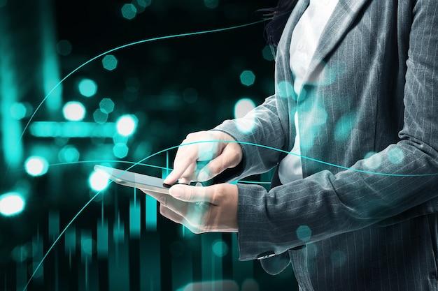 デジタル背景とドル仮想棒グラフを示す携帯電話を持つ実業家