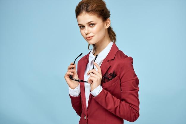 Деловая женщина с красной курткой и очками, успешная исполнительная женщина