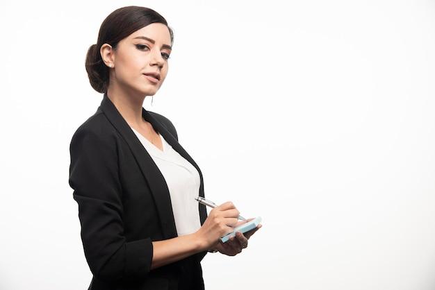 Деловая женщина с наклейками и карандашом на белом фоне. фото высокого качества