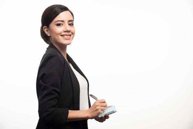 Imprenditrice con adesivi e una matita su sfondo bianco. foto di alta qualità