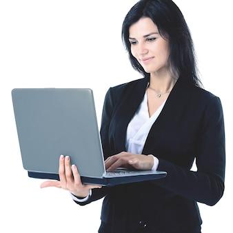 Деловая женщина, работающая на ноутбуке в полный рост, изолированном на белом