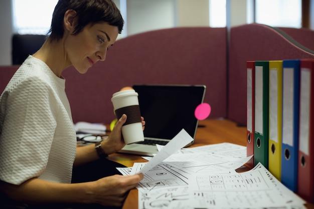 彼女の机で働く実業家