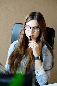 Деловая женщина, работающая в офисе