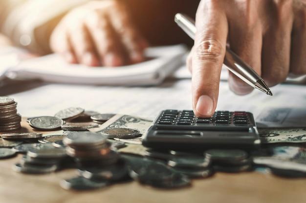 Коммерсантка работая проверяет данные финансов документа в офисе