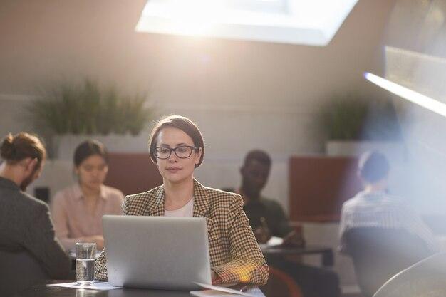 カフェで働く女性実業家