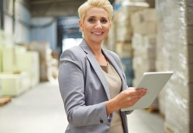 Деловая женщина, работающая на складе