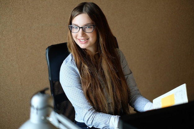 Imprenditrice lavora in ufficio