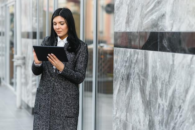 屋外のデジタルタブレットに取り組んでいる実業家