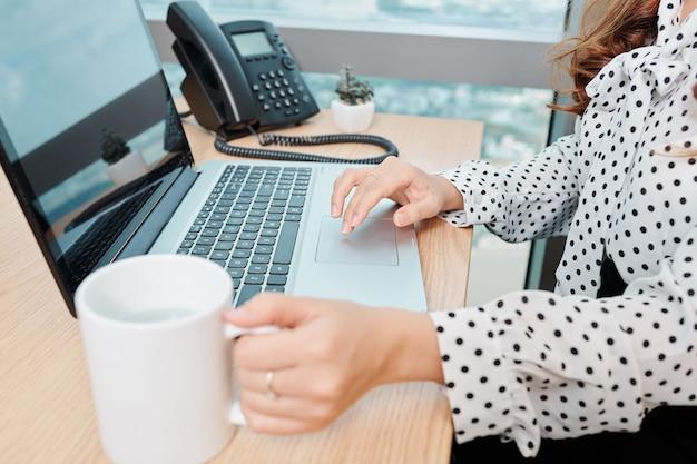 Деловая женщина, работающая на ноутбуке