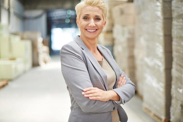 Imprenditrice lavora in magazzino