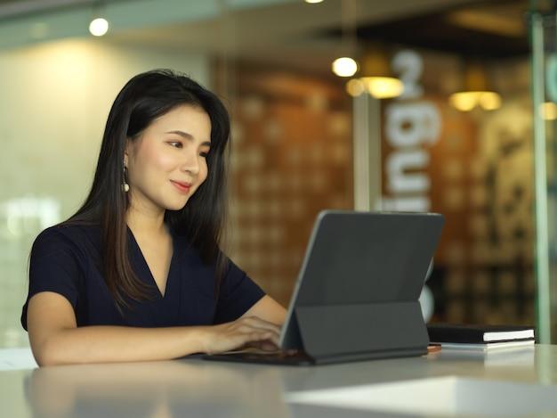 Деловая женщина, работающая с цифровым планшетом на столе в конференц-зале