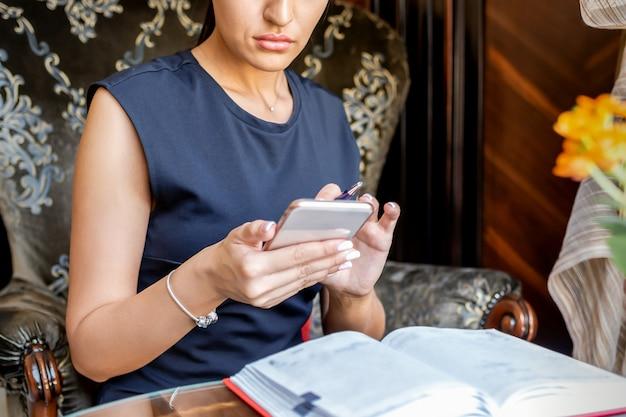 Деловая женщина, работающая со смартфоном