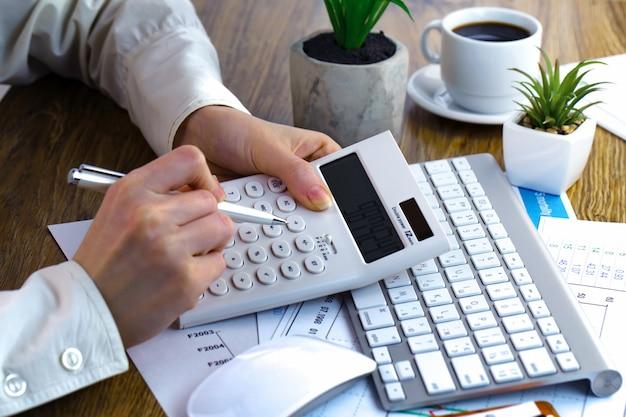 Предприниматель работает с элементами для ведения бизнеса в офисе.