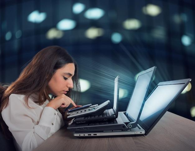 사업가는 여러 장치, 스마트 폰, 계산기 및 노트북에서 작동합니다. 과로와 스트레스의 개념