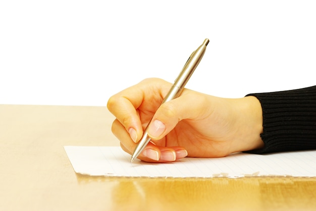 사업가는 빈 종이에 펜을 씁니다.