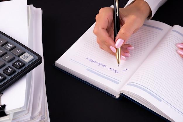 メモ帳でメモを書く実業家