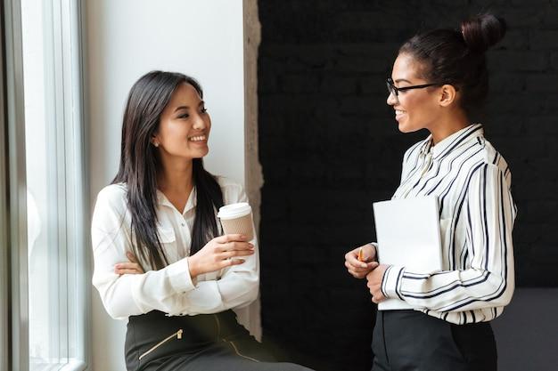 Деловые коллеги разговаривают друг с другом