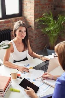 オフィスでの会議のビジネスウーマン