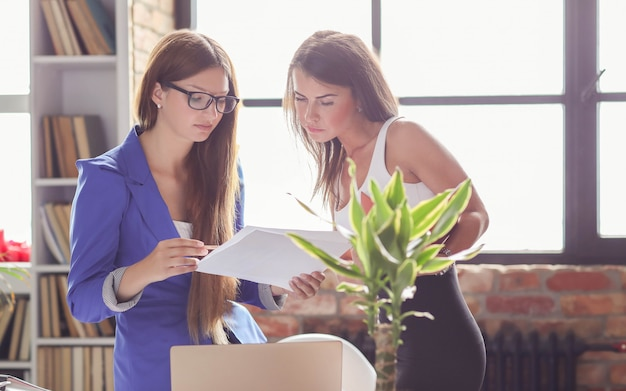 Деловые женщины на встрече в офисе