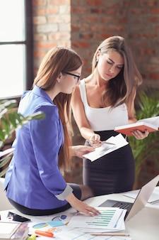 Donne di affari in una riunione in ufficio
