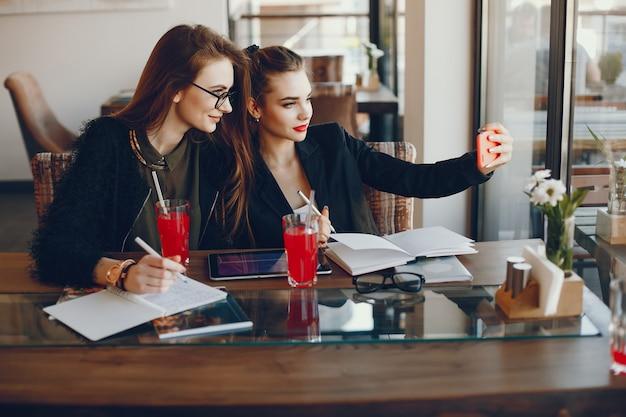 Предприниматели, сидя в кафе