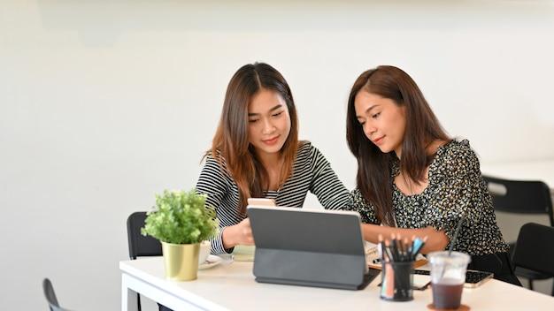 Деловые женщины стартап, работая вместе, обсуждают бизнес-решения, проводят мозговой штурм бизнес-стратегии